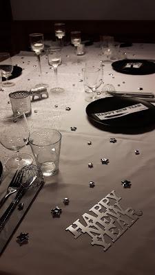Tischdekoration für Silvester in silber mit viel Glitzer