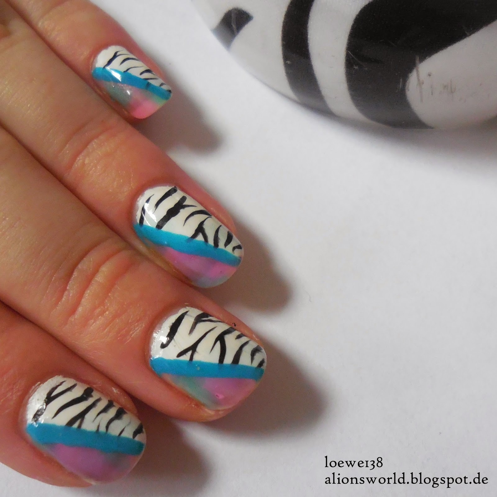 http://alionsworld.blogspot.com/2014/12/zebra-tritt-pastell-colourfulnailartsch.html