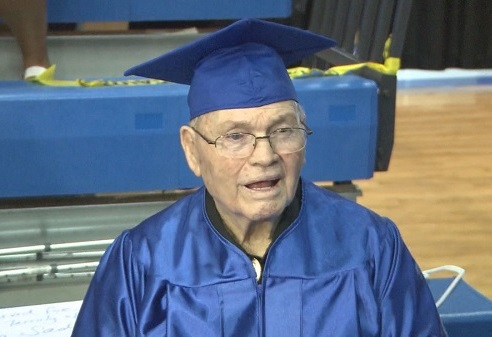 أمريكي تخرج من المدرسة في الـ 92 من عمره !