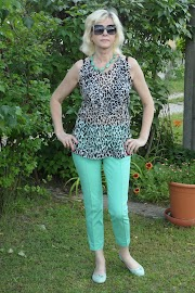 Bluzka na upały i zielone spodnie.