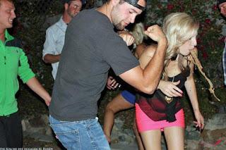 Mann zeigt Bizeps Muskeln - Frau muss erbrechen - lustige Menschen