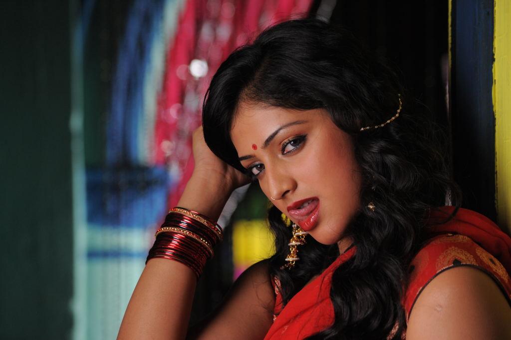 Actress hari priya hot and sexy in saree stills