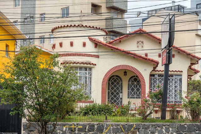 Casa com torrinha e ornamentos de ferro