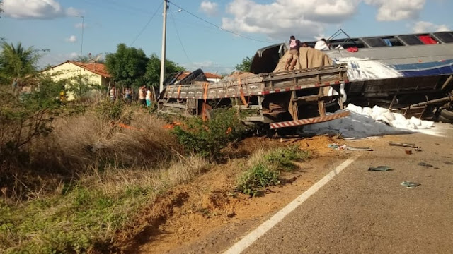 Colisão entre ônibus com romeiros e caminhão deixa mortos e feridos em Campos Sales