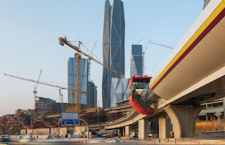 تركيب آخر قطعة خرسانية لجسور قطار الرياض
