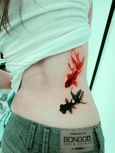 Peixes desenho de tatuagem para a menina na parte inferior das costas