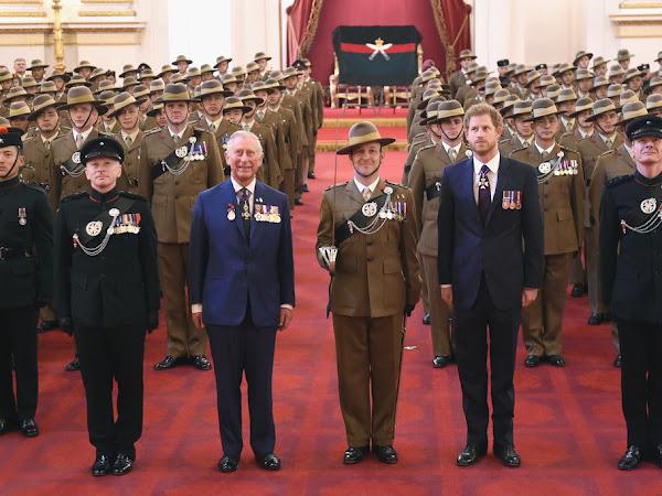 Książę Karol i książę Harry na wręczeniu medali w Pałacu Buckingham + więcej.