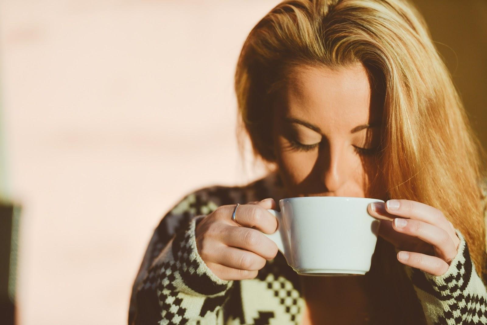 Kahve Koklayan Kadın