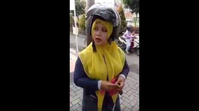 Pakai Helm SNI, Tak Melanggar Apapun, Ibu ini Protes Ditilang Masalah Helm