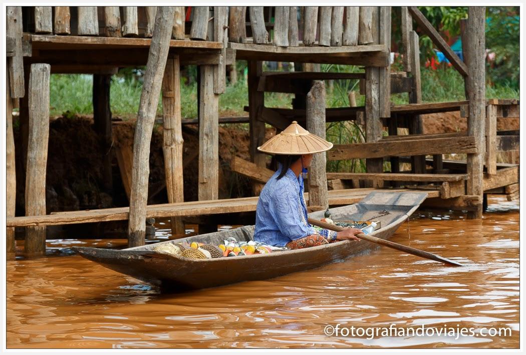 Mujer en barca en el lago Inle, Myanmar