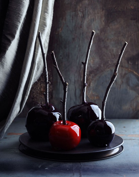 Poisoned Halloween apples for spooky party decoration. 18 Creative Halloween food ideas for party and treat. Spooky Halloween foods for party. Easy Halloween DIY food ideas. Halloween food for dessert table decoration. Halloween spooky foods ideas. Easy Halloween food ideas. Easy Halloween treats.