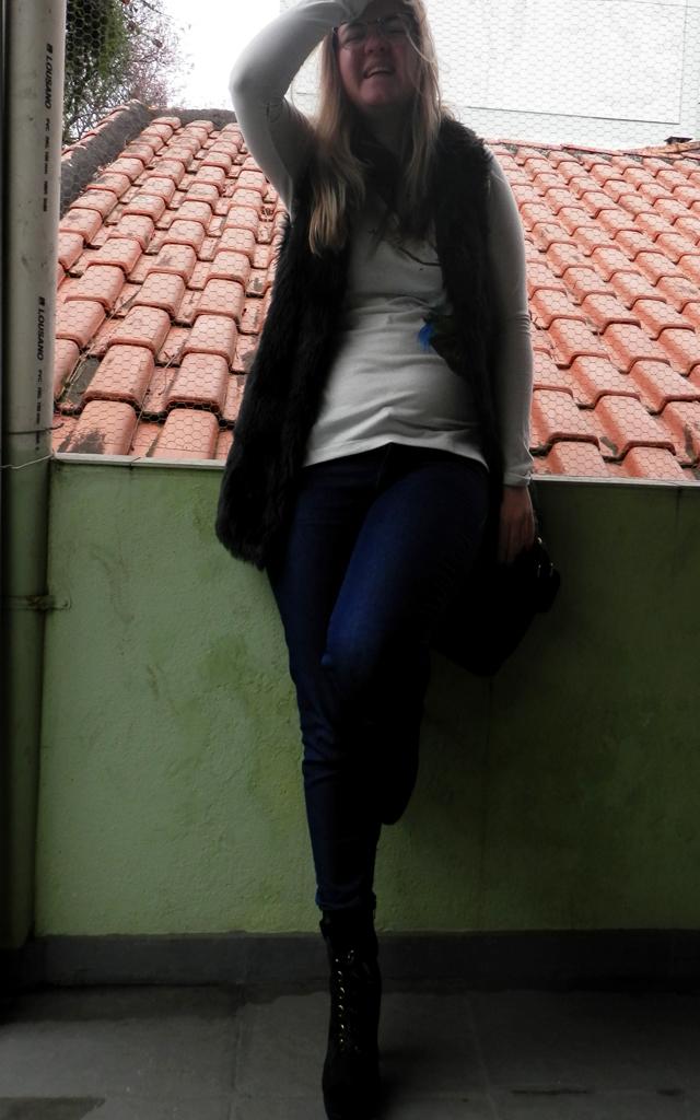 Look: colete felpudo com calça jeans