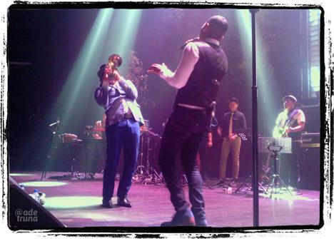 Rio Sidik dengan trumpet-nya menemani Rio di lagu Jenuh dan Tiada Kata Berpisah