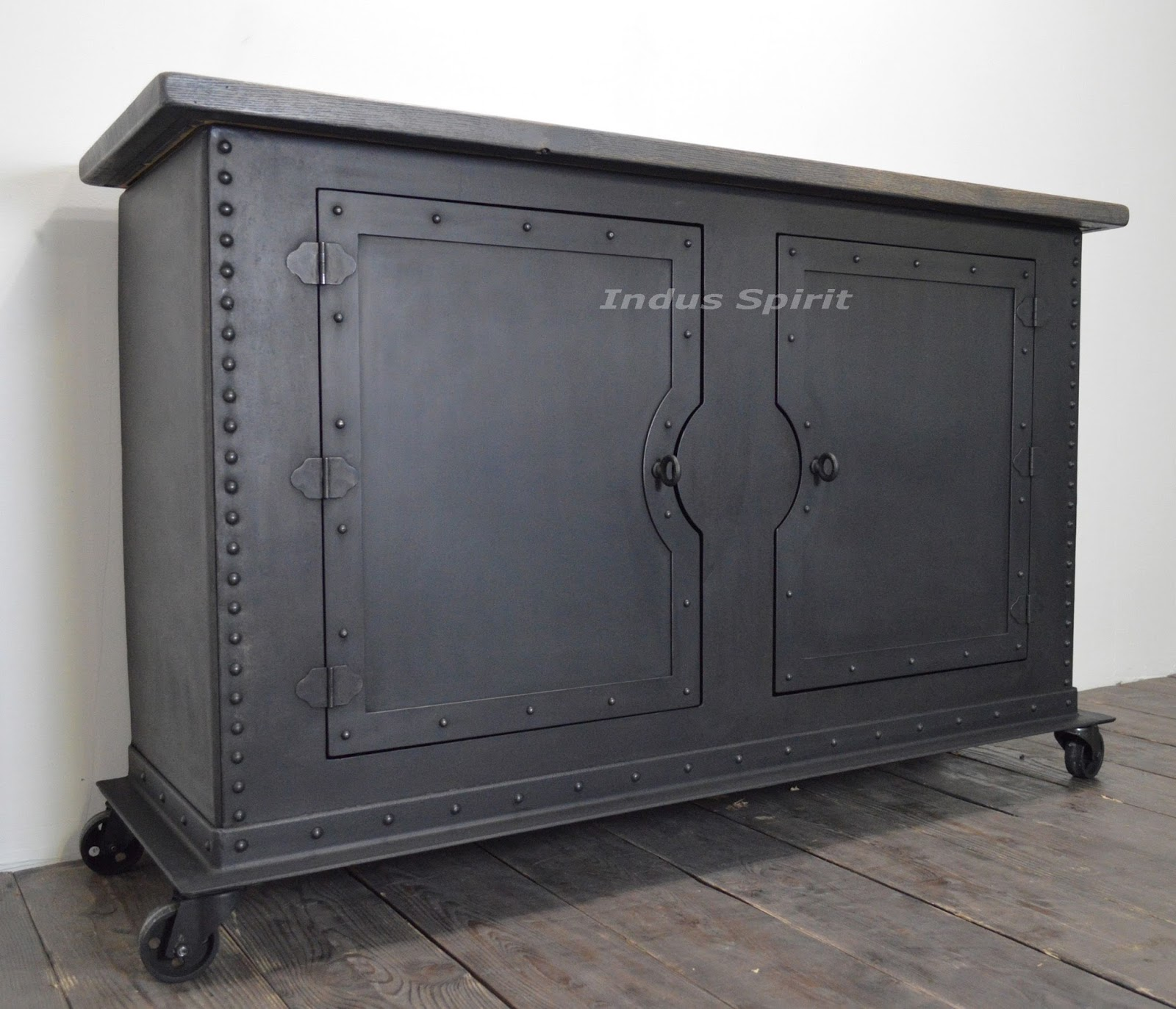 buffet industriel rivet m tal et bois. Black Bedroom Furniture Sets. Home Design Ideas