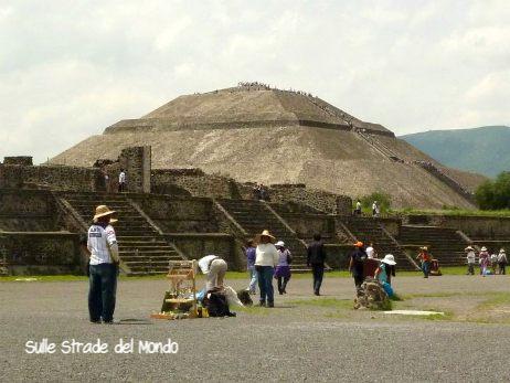 ambulanti ai piedi della piramide del sole