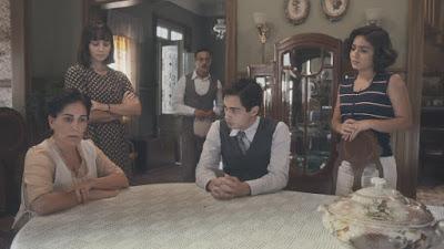 Lola (Gloria Pires) conversa com os filhos e com Clotilde (Simone Spoladore) e decide mentir para Júlio (Antonio Calloni) — Foto: Globo