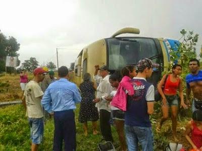 Ônibus da Novo Horizonte tomba na BA-172.