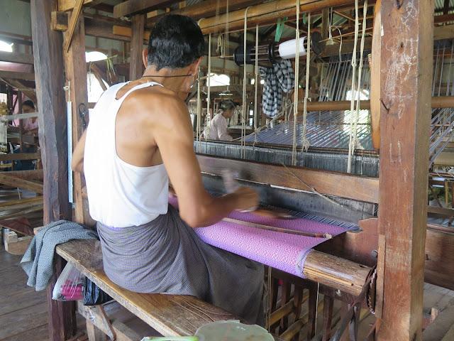Hombre con longyi, teje telas birmanas en el Lago Inle