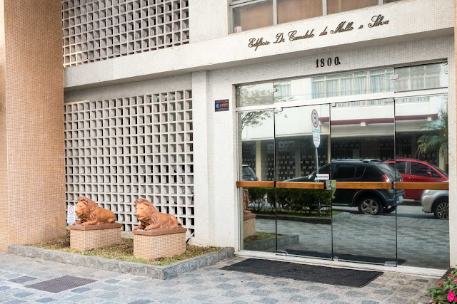 Dois leões de guarda na porta de um edifício
