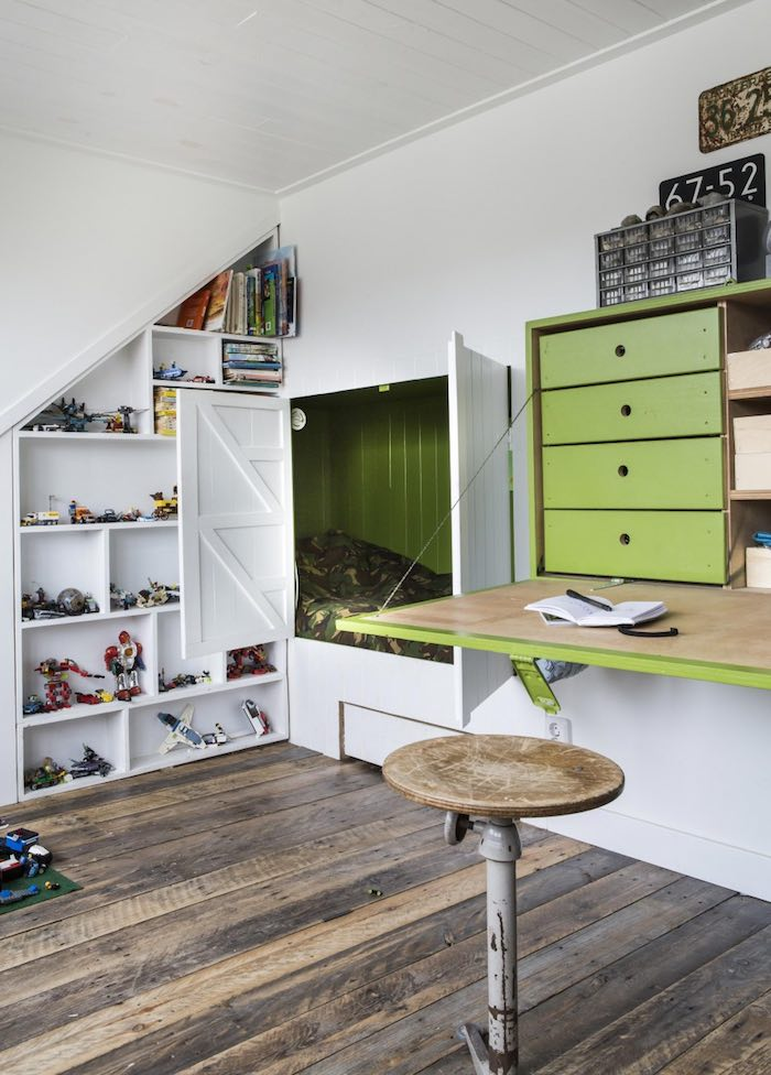 dormitorio infantil con cama oculta. Escritorio que se abre y cierra y gran estantería a medida