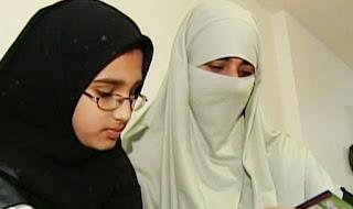 ما هو حكم خلع الزوجة الحجاب بأمر من زوجها