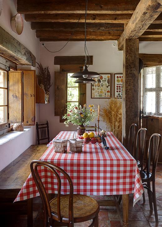 comedor de casa rústica con elementos naturales y ambiente lento