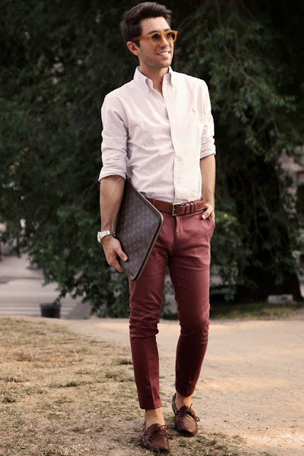 Calça cor bordô masculina look