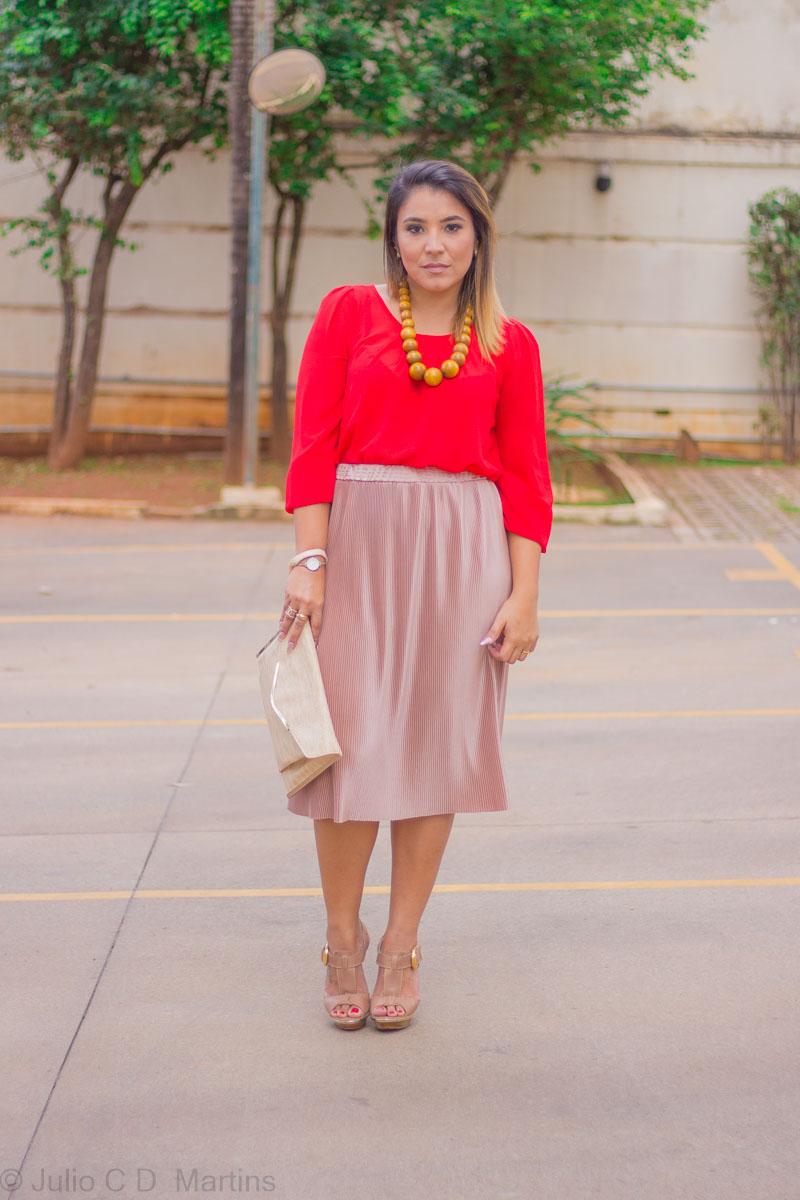 Look do dia: Camisa vermelha e saia rosê plissada