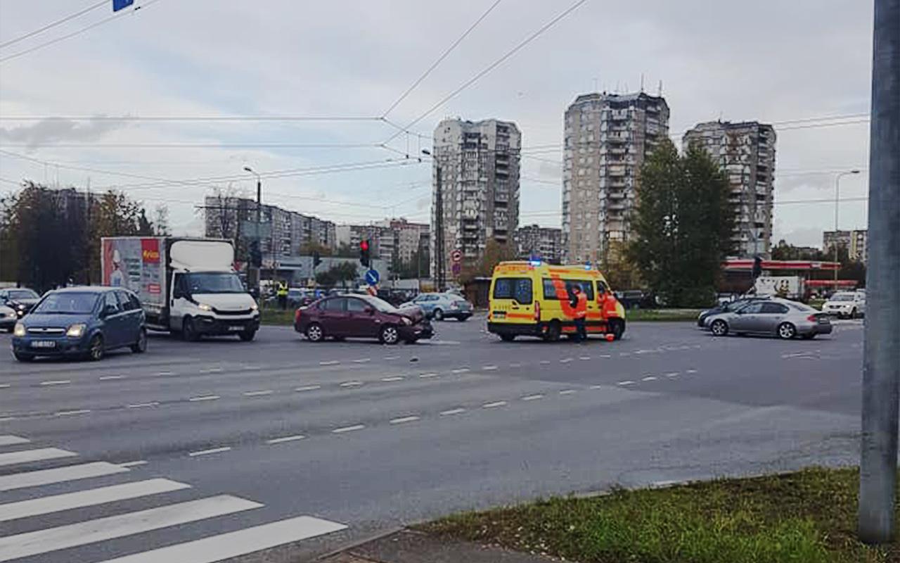 Vieglais auto ietriecās ātrās palīdzības mikroautobusā Pļavnieki Rīga Latvija 3