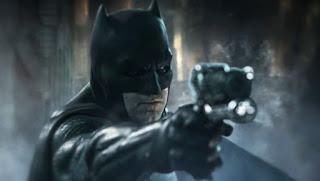liga de la justicia. una figura revela el mejor vistazo al nuevo traje de batman
