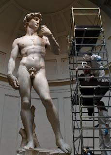 O delicado trabalho de conservação da escultura de Davi, umas das obras mais famosas de Michelangelo que está exposta na cidade de Florença, na Itália