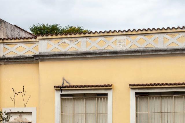 Casa na Rua Alferes Poli com uma grega na platibanda - detalhe