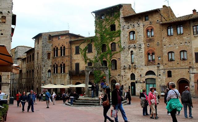 Piazza della Cisterna em San Gimignano na Itália