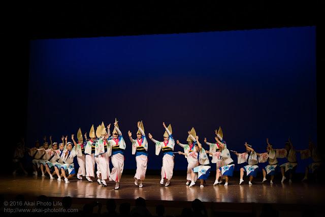 東京新のんき連の息の合った舞台踊りの写真