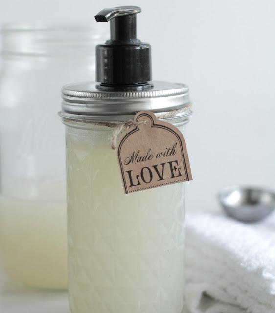 DIY: Cách làm nước rửa tay thiên nhiên cho cả nhà