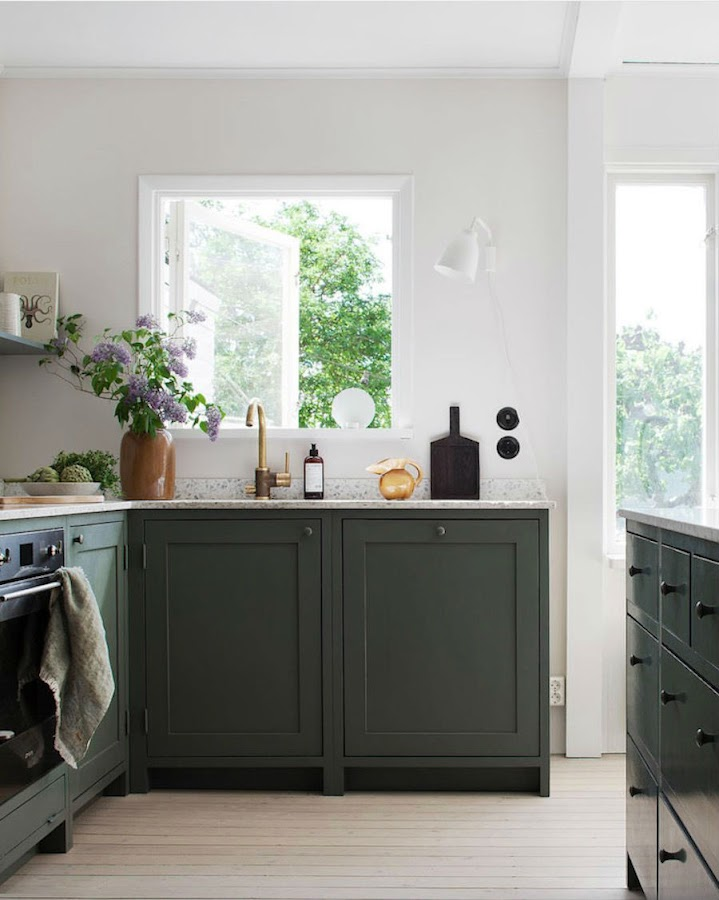 Una casa familiar muy fan del rosa y el verde: cocina pinada de verde con mármol blanco