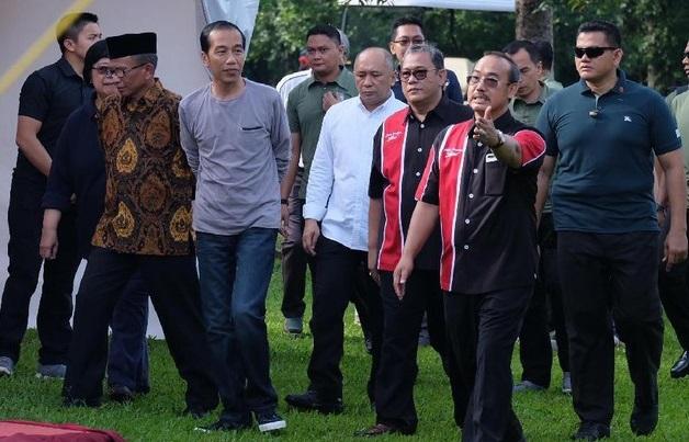 Inilah Gaya Jokowi Pantau Kontes Burung di Minggu Pagi