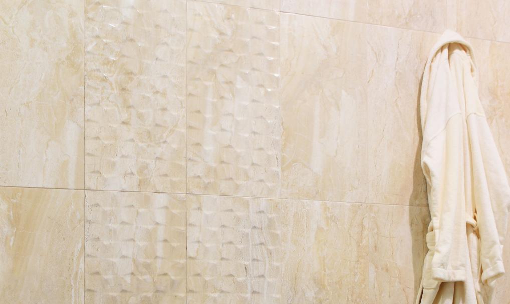 motif keramik dinding kamar mandi roman, tips memilih keramik dinding kamar mandi yang minimalis
