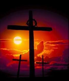 A cruz vazia lembra o sacrifício vicário de Jesus, o Cordeiro de Deus que tira o pecado mundo. Cruz vazia, ao horizonte o céu em cor vermelha, lembrando o sangue derramado.