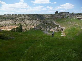 Descenso al valle del Badiel desde Almadrones
