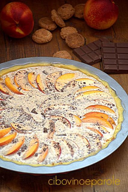 Crostata pesche e cioccolato prima di infornare