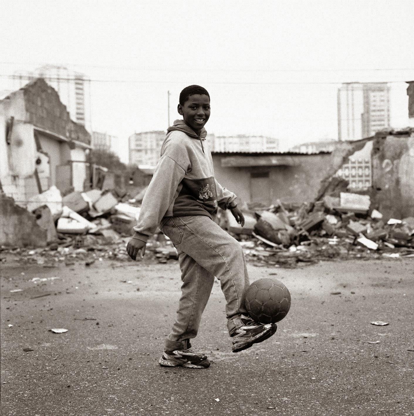 ae6d0da383680 Alexandre Almeida nasceu em Lisboa em 1969, tendo logo passado a viver em  Algés. Estudou fotografia na Academia de Artes   Tecnologias e pós-produção  de ...