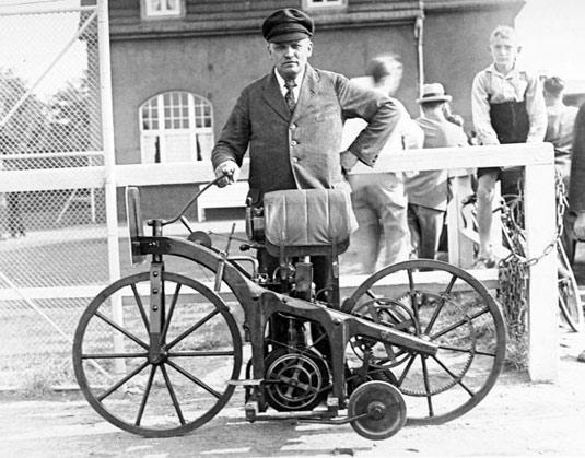 www.fertilmente.com.br - Daimler Reitwagen com seu condutor em foto preto e branco