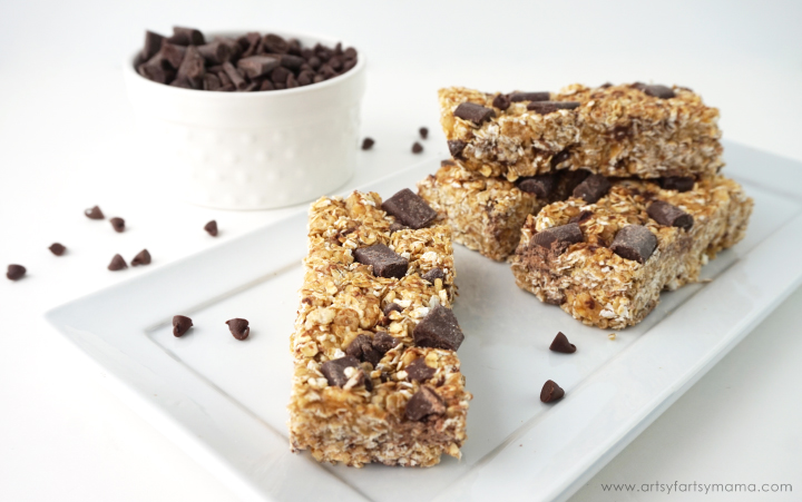No-Bake Chewy Granola Bars Recipe at artsyfartsymama.com #Healthy4School