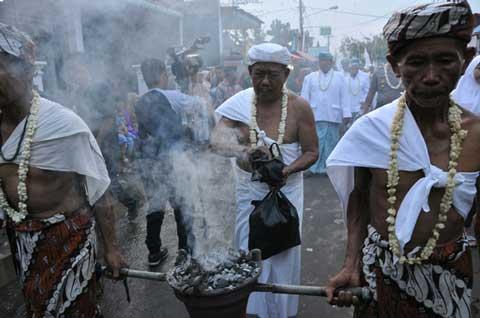 warga cirebon pertahankan tradisi mamayu