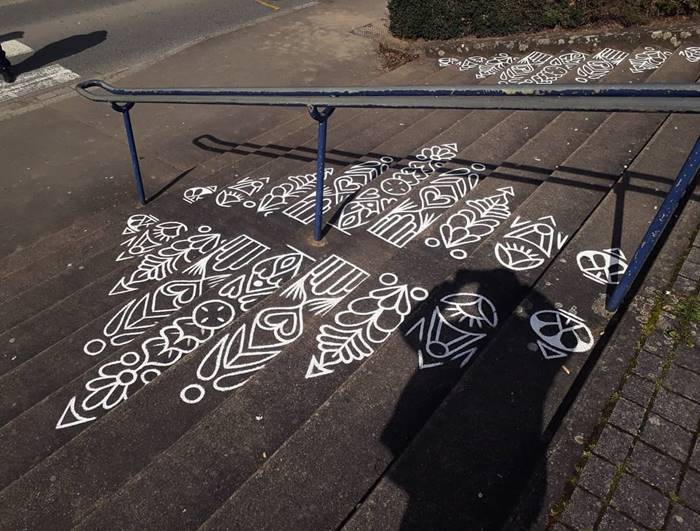 Ali, also known as Arthur-Louis Ignore, living in the French city of Rennes, the artist turns urban spaces into delightful ornamental works of art, drawing ornate patterns on streets, walls, public basketball courts, or even pillars.