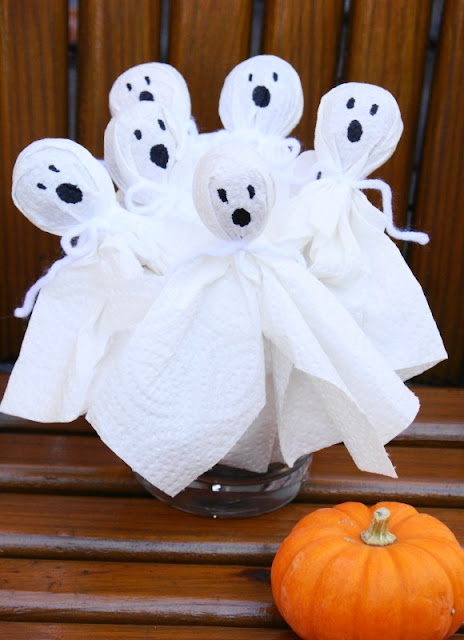 Super Easy Tootsie Pop Ghosts   www.thekitchenismyplayground.com