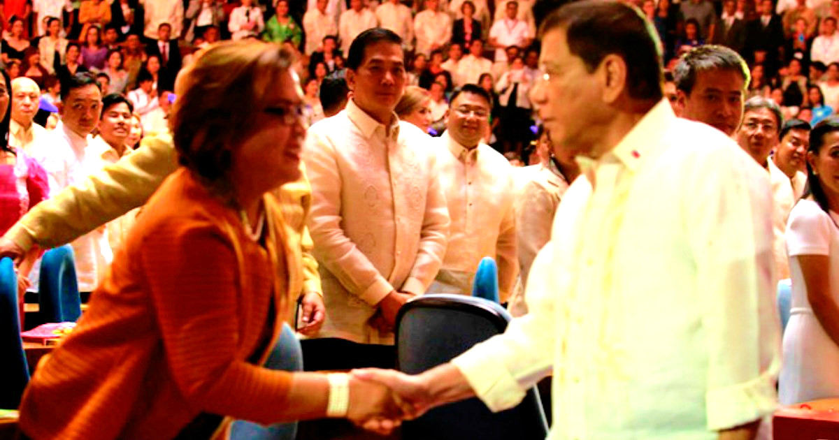 Awkward handshake between Duterte and De Lima before their clash.