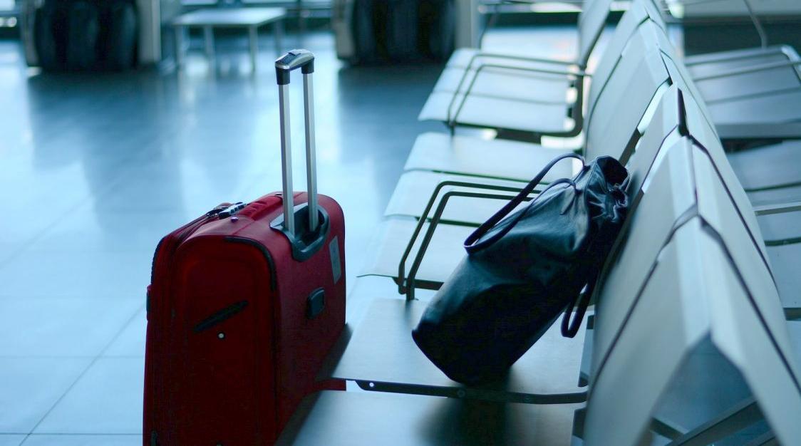 Αποτέλεσμα εικόνας για Σαντορίνη: Άνοιξαν τις βαλίτσες της 20χρονης στο αεροδρόμιο και είδαν μέσα αυτές τις εικόνες [pics]