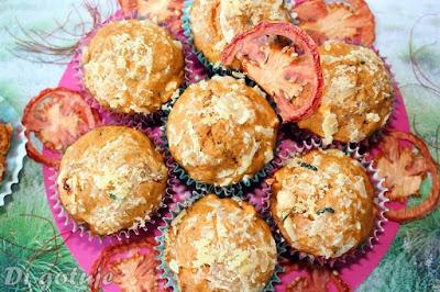 Muffiny pomidorowe z serem i szynką (z soku pomidorowego)